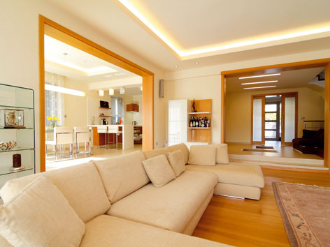 Otvorena obyvacia izba spojena s kuchynou a halou