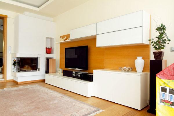 Vybrali si nábytok nekomplikovaných tvarov, jasných farieb a s dotykovým otváraním.