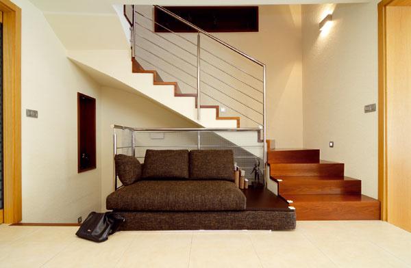 Z haly sa dvíha schodisko do poschodia so spálňami a pracovňou.