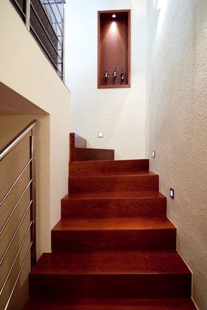 Časť schodiskového ramena, ktorým tu zostupujú do 1. podzemného podlažia.