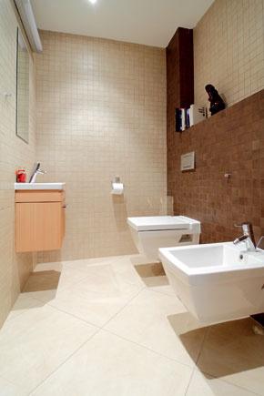 Kúpeľňa na prírodno a v blízkosti spoločenskej dennej zóny, ktorá zaberá väčšiu časť prízemia.