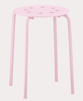 Svetloružová stolička Marius, dizajn Ola Wihlborg.