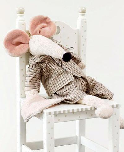 Na stoličke sedí myška v pásikovom pyžame.