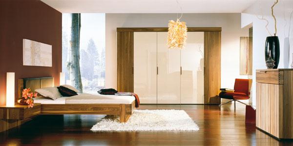 Spálňa s drevenými parketami