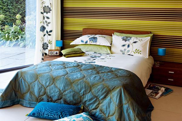 Spálňa s modernou tapetou