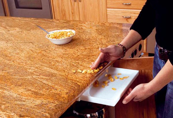 Drawer Vac je praktický pomocník pri upratovaní v kuchyni v kombinácii s centrálnym vysávačom Husky. Jednoducho otvoríte skrinku, vytiahnete Drawer Vac a rukou nametiete omrvinky na lopatku, tie v okamihu zmiznú v centrálnej vysávacej jednotke. Predáva Cevys.