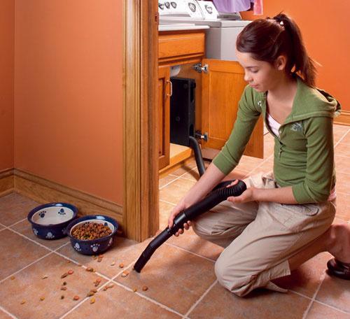 Vroom je hadica dlhá 5 alebo 7 m – vytiahnete ju z navijaku, ktorý môžete namontovať do skrinky. Je ideálna na rýchle upratanie malých priestorov a suchých nečistôt v miestach, kde je intenzívny ruch, ako sú kuchyňa, kúpeľňa, zádverie alebo auto v garáži. Predáva Cevys.