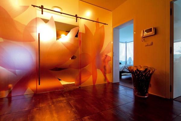 Tu je radosť zasvietiť v kúpeľni. Zasklená stena s dekorom decentne zahaľuje interiér kúpeľne a súčasne prepúšťa svetlo do spojovacej chodby v rodičovskej časti domu.