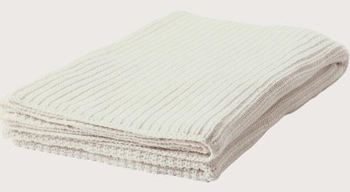 Deka alebo prikrývka na posteľ v duchu jednoduchosti užitočnosti.