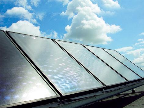 Technicky je síce možné využívať ich aj na podporu vykurovania, takéto riešenia si však vyžadujú dôslednú technicko-ekonomickú optimalizáciu. Kúriť totiž potrebujeme v zime, keď je slnečného svitu menej, a tak aj slnečné kolektory pracujú s výrazne nižším výkonom. (foto: Daikin)