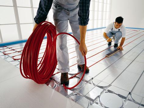 Nízkoteplotné podlahové vykurovanie najlepšie funguje v spojení s materiálmi, ktoré dobre akumulujú teplo. Najčastejšie sa na to využíva betón. V nízkoenergetických domoch postavených z ľahkých systémov drevostavieb sa podlaha v horných podlažiach nerealizuje betónovaním a vtedy je vhodné na uloženie podlahového vykurovania a distribúciu tepla využiť suché systémy. (foto: Duratherm)