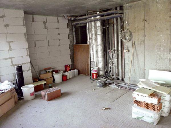 Zariadenie interiéru a umiestnenie zariaďovacích predmetov využívajúcich prívod a odvod vody je nevyhnutné plánovať s ohľadom na umiestnenie stúpačiek v bytovom dome. Kanalizácia potrebuje aspoň minimálny spád a so zväčšujúcou sa vzdialenosťou sa zvyšuje umiestnenie odtoku. (foto: JAGA)