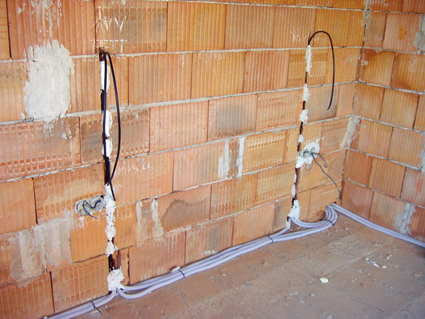 Áno, už v tejto fáze výstavby treba presne vedieť, čo kde v byte sa bude nachádzať, aby mohli byť inštalácie presne umiestnené. (foto: JAGA)