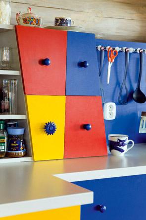 Farba je faktor, ktorý sa hrá s pocitmi a vnímaním. Aj najmenší detail môže rozohrať celý priestor. Pamätajte, že materiál, ktorým budete niečo natierať, musí byť určený do interiéru a nemal by byť škodlivý! Zabudnite na zvyšok farby, ktorou ste natierali plot. Z domáceho hľadiska sú najvhodnejšie nátery s atestom na styk s potravinami a na použitie na hračkách.