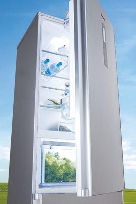 Chladnička Panasonic NR-B30FW1-WE má veľmi nízku spotrebu energie vďaka technológii Inverter a špeciálnemu vákuovému izolačnému panelu U-Vacua.  Odporúčaná cena 1 099 €.