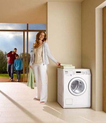 Práčku Miele Softtronic W 5841 WPS AllWater možno pripojiť na teplú vodu a prať aj v úžitkovej vode (hygienicky neškodnej zo studne alebo v dažďovej), posledné plákanie prebieha v pitnej vode. Cena od 1 431 €.
