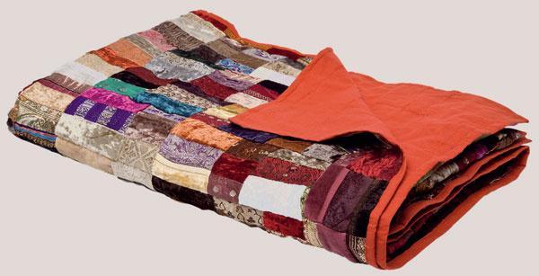 Mix–mash prináša hravosť do súkromných priestorov. Ak si ho chcete vniesť do spálne, stačí vymeniť starú prikrývku cez posteľ za novú v duchu zmiešaných materiálov a vzorov.