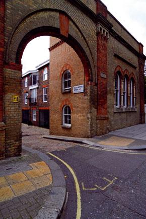 Tradičné mewsy tvoria dva rady protiľahlých domčekov, ktoré lemujú dláždenú slepú uličku alebo prechodný dvor vovnútri mestskej zástavby z 19. storočia.