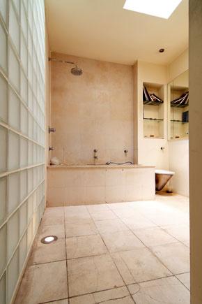 Štvorcový raster má Kenny rád. Strešné okno bolo svetelnou záchranou pre kúpeľňu i susednú spálňu. Nám sa čisté tvary a materiály v kúpeľni páčili a pozítívny dojem vzbudzoval aj efekt sklobetónovej steny, cez ktorú dopadá svetlo na schodisko.