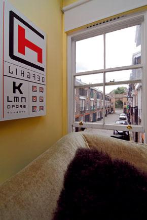 Výhľad z pohovky na galérii na radovú zástavbu mews