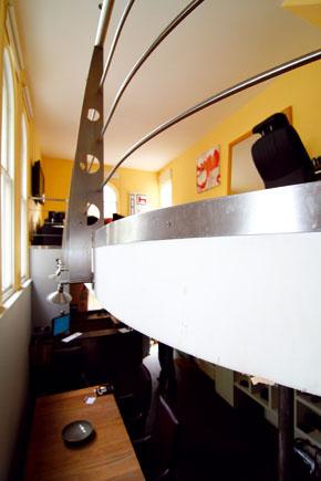 Detail ukotvenia techno-zábradlia by lepšie vynikol pri väčšom odsadení galérie od steny s oknami.