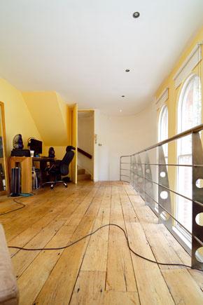 Masívna drevená podlaha a  tri veľké okná sú najsilnejšími prvkami interiéru.