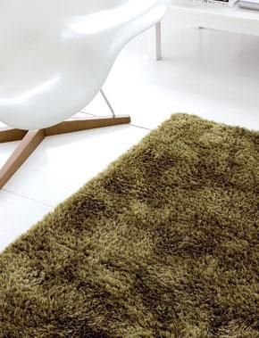 """Trávnatý"""" koberec na tradične pôsobiacej podlahe. Dvakrát kamufláž, a predsa naturálny výsledný efekt. (foto a dizajn: Limited Edition)"""