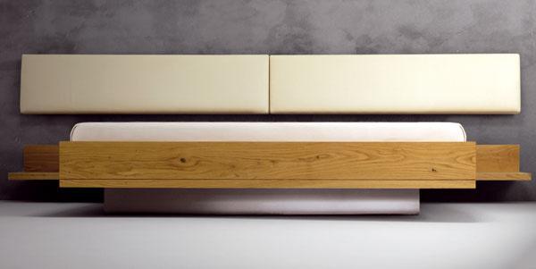Posteľ TBL 180 od firmy Javorina z masívneho dubového dreva v kombinácii s podnožou z antikora a čalúneným polohovacím záhlavím.