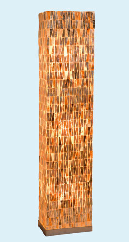 Stojaca lampa Gold s tienidlom z opálených morských lastúr.