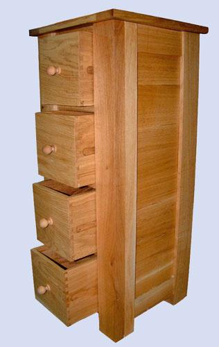 Štíhla komoda Oak Drawers so štyrmi zásuvkami.
