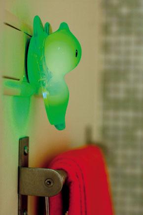 Interiérové svetielko z produkcie značky Alessi v noci jemne svieti a vytvára v kúpeľni zelené šero.