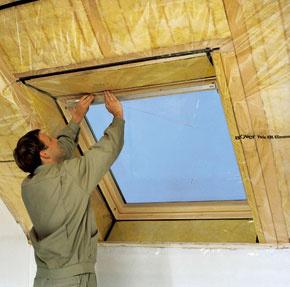 Drevo vedie teplo štvornásobne lepšie ako izolácia. Preto je dôležité zatepliť nielen samotný strešný plášť, ale aj ostenia strešných okien. (foto: Isover)