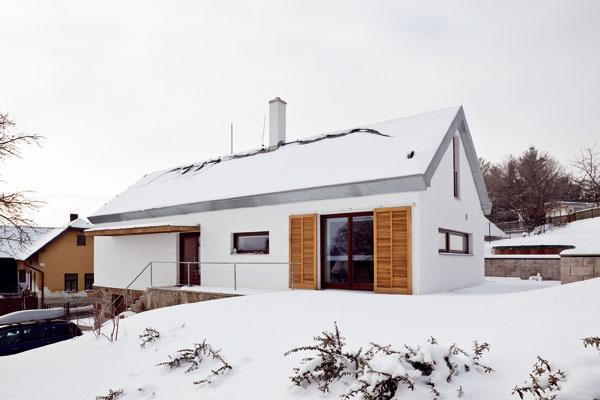 Tvar domu sa zachoval aj po prestavbe, len priedomie chráni šilt zdrevenej zasklenej konzoly. Strechu oplechovali, oknám zmenili tvar aveľkosť.