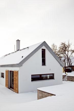 Severnému priečeliu prisúdil architektonický návrh horizontálne okno nad kuchynskou linkou ana štítovej stene vpodkroví umiestnil aj balkónové dvere.