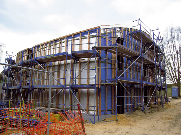Na stenu sa umiestni kovová konštrukcia, ktorá slúži ako podklad pre 10 mm hrubú PVC plachtu, na ktorej sú pripevnené dve vrstvy trojmilimetrovej polyamidovej záhradníckej plste.