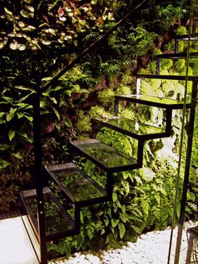 Oceľové schody pred vertikálnou záhradou Patricka Blanca