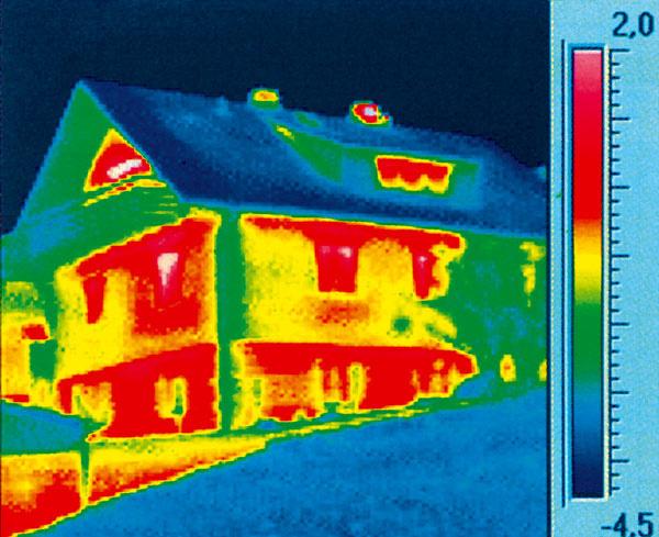 V objektíve termovíznej kamery sa konštrukcie, ktoré prepúšťajú veľké množstvo tepla, javia v zime ako červené až žlté, dobre izolujúce majú tyrkysovú až modrú farbu – čím tmavšia modrá, tým menej energie v podobe tepla prechádza cez konštrukciu. Podľa novej smernice Európskej únie budú musieť byť už čoskoro všetky domy v Európe na podobných snímkach modré. (foto: Baumit)