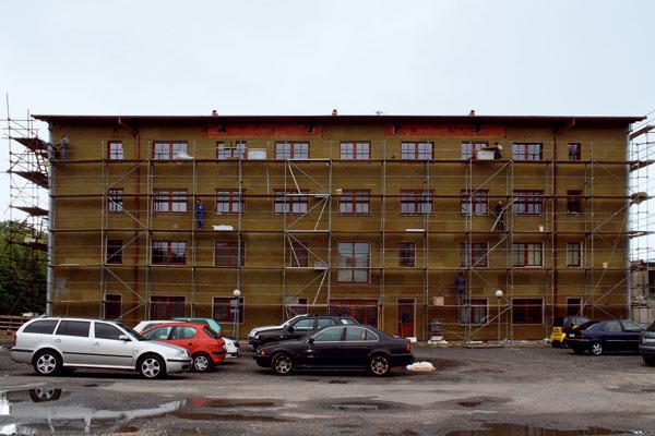 Pri rekonštrukcii bytového domu sa dá len zateplením znížiť spotreba energie na vykurovanie o 40 až 60 %. (zdroj a foto: Knauf Insulation)