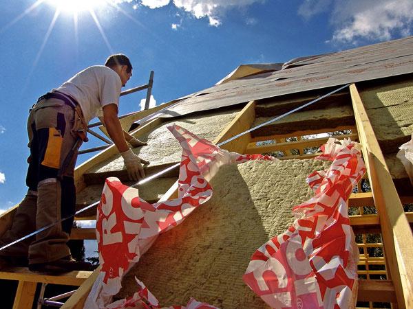 Často je potrebné umiestniť tepelnoizolačný materiál nielen medzi krokvy, ale aj pod alebo nad ne. (foto: Rockwool)