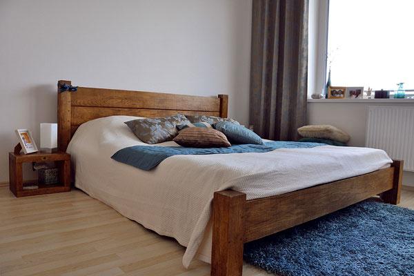 Spálňa s posteľou z masívneho duba s rustikálnou voskovou úpravou. Vyrába a predáva Drevo Shop.