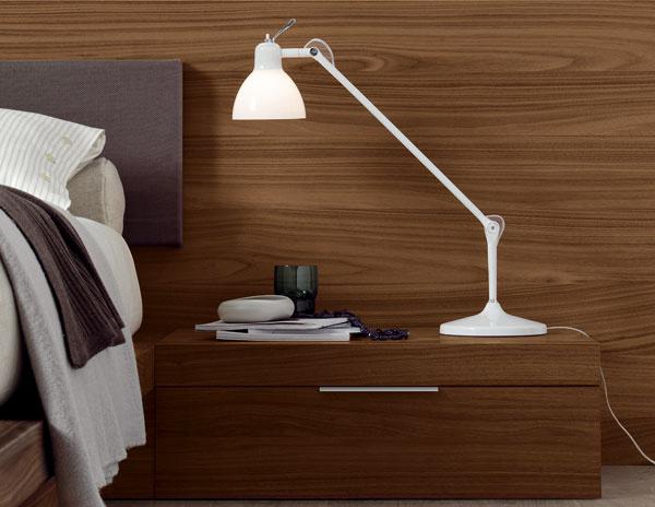 Nočný stolík Stage od firmy Jesse z orechového dreva s jednou zásuvkou a s nožičkami. Predáva Design House.