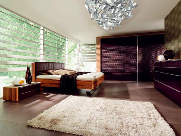 Spálňa Insua od firmy Wellemöbel z orechového dreva s vysokým leskom, ornamentmi a permutovaného skla. Predáva Nábytok Galan.