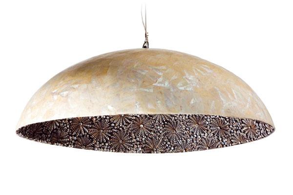 Visiace svietidlo Nightflower Dome vyrobené z opálených morských mušlí a morských uší. Predáva Elmina
