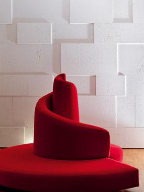 Kamenný vnútorný pozdĺžny múr považoval architekt za výrazovo nevhodný aobložil ho rôzne hrubými doskami, ktoré vytvárajú jemný geometrický reliéf. Jedným zo štyroch silných farebných akcentov vobývačke je pohovka Tatlin (Mario Cananzi, Roberto Semprini, Edra, 1989).