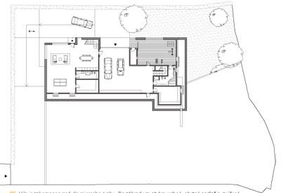 Vila je zakomponovaná do mierneho svahu.