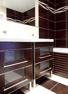 Hnedo-biela kúpeľňa