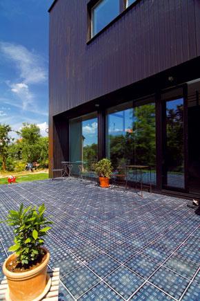 Prirodzený prechod medzi domom a záhradou tvorí terasa.