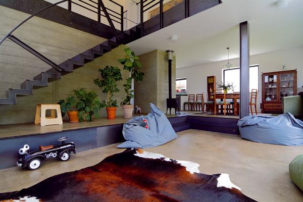 Rozdiel v úrovniach podlahy na prízemí je dôsledkom zvažujúceho sa pozemku. Schod domáci využívajú na sedenie – namiesto obligátnej pohovky či kresiel.