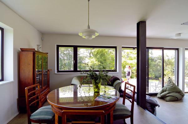 Pohľad z kuchyne do jedálne. Jedálenskej časti otvoreného denného priestoru dominujú prvky starožitného nábytkového dedičstva.