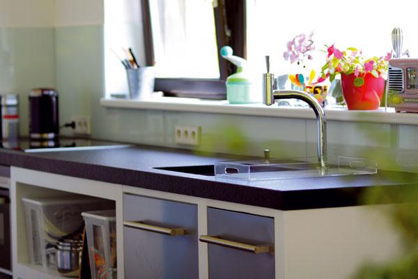 Dizajn kuchyne je zámerne jednoduchý – o to viac tak vyniknú detaily predmetov, po ktorých ruka siahne takmer každý deň.